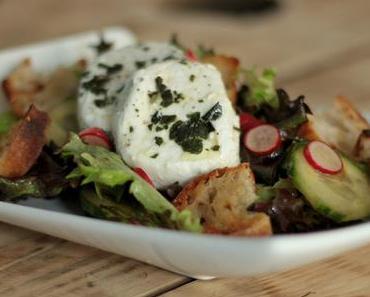 Salade croquante au chèvre mi-frais marinés au basilic & croûtons à l'ail