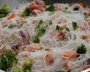 Wok de saumon, vermicelles de riz et légumes croquants
