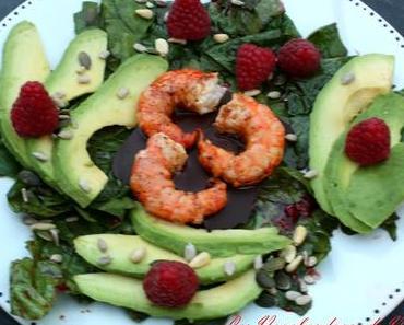 Salade épinard, avocat, framboises et crevettes chaudes sur chocolat