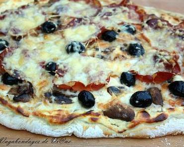 Pizza blanche, oignon, champignons, coppa