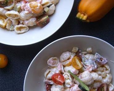Salade de pâtes au saumon fumé, ricotta et petits légumes.
