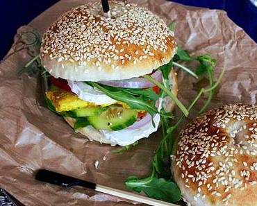Sandwich poulet curcuma, chèvre & cruditées
