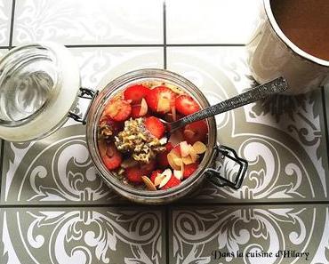 Overnight oats avoine et chia aux fraises et amandes (porridge sans cuisson) / Overnight oats with chia seeds, strawberries and almonds