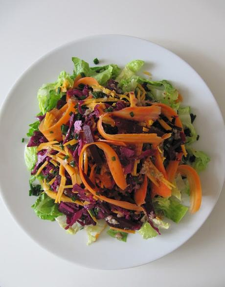 Salade de chou rouge à la betterave, carotte & mimolette