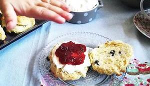 "Scones raisins secs crème façon clotted cream Raisins scones homemade ""clotted cream"""