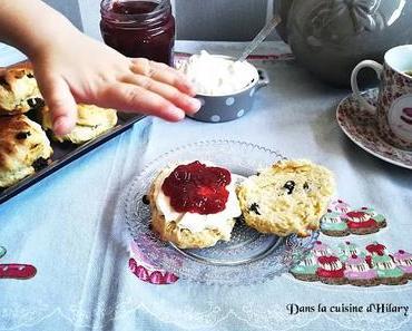 """Scones aux raisins secs et crème façon clotted cream / Raisins scones and homemade """"clotted cream"""""""