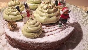 Gâteau yaourt vanille, décoré sapins Noël meringué